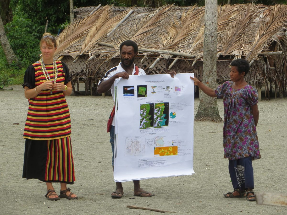 Jamie Hoover presenting her research to the Kamiali community.